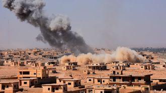 Rook stijgt uit boven gebouwen in de buurt van Bughayliyah, Syrië, in de strijd tegen IS. Foto: AFP