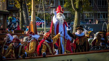 Sint en Pieten varen Amsterdam binnen