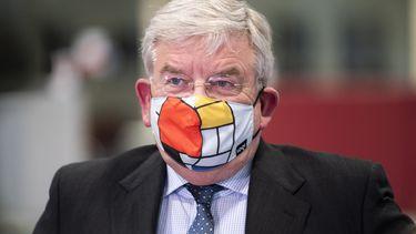 Een foto van burgemeester van Zanen met een mondkapje