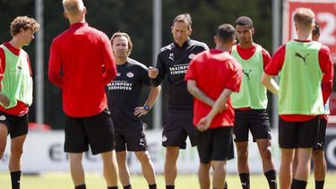 Een foto van Roger Schmidt tijdens de eerste training van PSV
