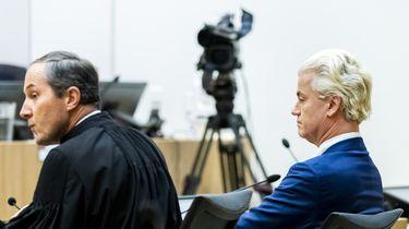 Een foto van Geert Wilders en advocaat Knoops bij de uitspraak