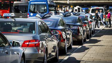 Taxi's op de taxiplaats bij luchthaven Schiphol.