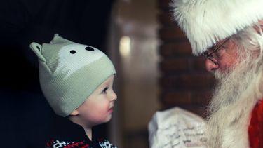 De Kerstman met een kindje.
