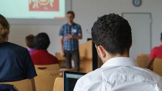 Wanneer alle deeltijdleraren die één of twee dagen werken een dag extra voor de klas gaan staan, is het lerarentekort in Nederland opgelost. Foto: Pixabay