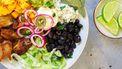 Mexicaanse lunchbowl met rijst, kip en limoenaïoli