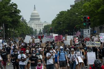 Een foto van een drukke straat vol demonstranten in Washington