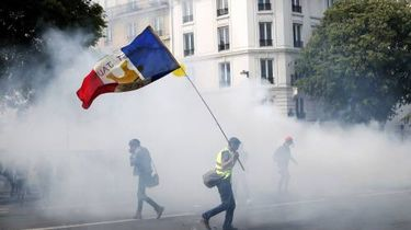 Politie zet traangas in bij protesten Parijs
