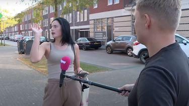 Op deze foto is de PowNed-verslaggever Dennis Schouten te zien, hij houdt een microfoon op een lange stok bij Famke Louise.