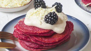 Wat eten we vandaag? Red Velvet pancakes met witte chocoladekrullen