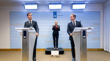 Een foto van de persconferentie van premier Rutte en Hugo de Jonge