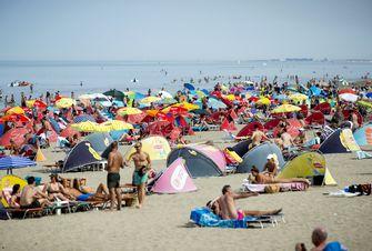 Op deze foto zijn mensen op het strand te zien tijdens de hittegolf.