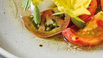 Oertomaten en komkommer met vanille-tomatenwater en citroensorbet