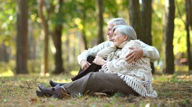 Een foto van een blij ouder stel, de levensverwachting is weer hoger