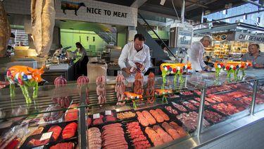 Deze slager is nog wel actief in de Markthal, maar een aantal andere collega-verszaken gooiden het bijltje erbij neer. / ANP