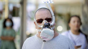 Op deze foto is een man te zien met een zelf gemaakt mondmasker.