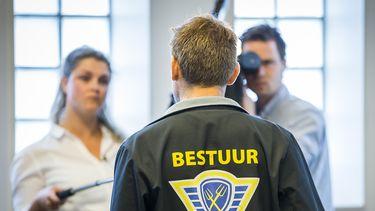 Op deze foto zie je voorman Mark van den Oever (L) van Farmers Defence Force (FDF) met Max Hazekamp (R) gemachtigde namens FDF na afloop van het kort geding tegen de Veiligheidsregio Groningen. De FDF is het niet eens met beperkingen die aan de boeren zijn opgelegd wat betreft het recht om te demonstreren.