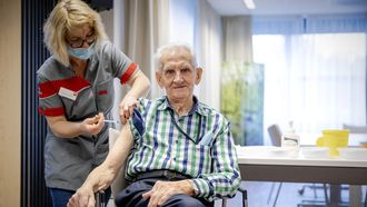 Een foto van vaccineren in een zorginstelling in Bergen op Zoom