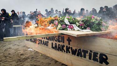 Bouwers vreugdevuren Duindorp houden 'crematie' op het strand