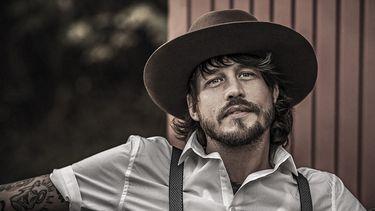 Een foto van Rob Dekay met bretels en hoed