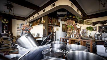 Een foto van een leeg restaurant, zoals het in de hele horeca is