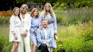 Op deze foto is het koninklijk gezin te zien.