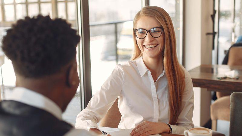 vrouw en man tijdens een sollicitatie