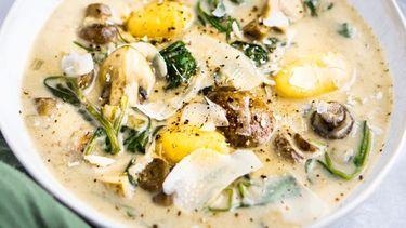 Champignonsoep met gnocchi, spinazie en Parmezaan