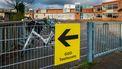 Een foto van een pijl naar de locatie voor de coronatest in Bergschenhoek
