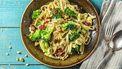 foto van een bord pasta met groente