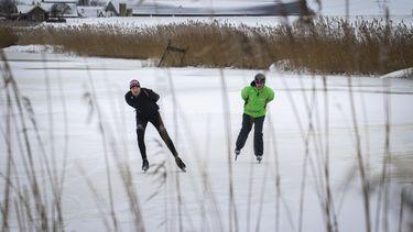 Toerrijders binden ijzers onder op Veluwemeer