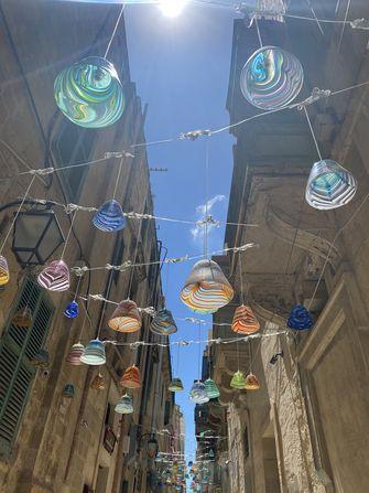 Op deze foto zie je een prachtige sfeervol straatje in Valletta