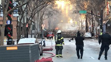Brandweerlieden bij de plaats van de explosie.