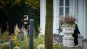 Op deze foto is Mark Rutte te zien bij het Catshuis, met een mondkapje op.