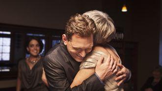 foto van jongen die moeder knuffelt