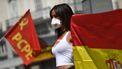 Een foto van een demonstrante voor een sociaal noodplan in Madrid