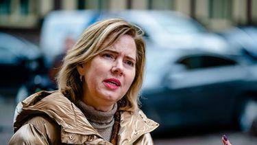 Een foto van minister van Nieuwenhuizen die het noodzakelijk reizen onderzoekt