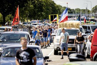 Op deze foto zie je boeren demonstreren in de buurt van het Rijksinstituut voor Volksgezondheid en Milieu (RIVM). FDF en boerenorganisatie Agractie voeren actie tegen de omstreden veevoermaatregel van Landbouwminister Carola Schouten.