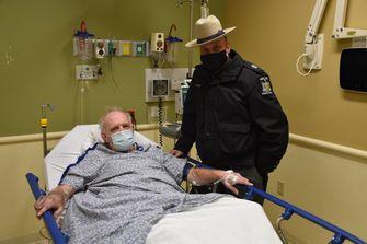 Foto van de man met de politieagent in het ziekenhuis