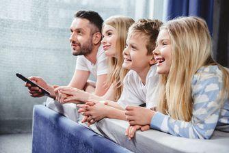 Een foto van een blij gezin op hun boxspring