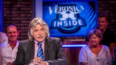 Op deze foto is Johan Derksen te zien, achter hem hangt een scherm met 'Veronica Inside' erop.