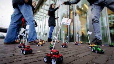 Leraren blokkeren de ingang van het ministerie van Onderwijs met speelgoedtractoren.