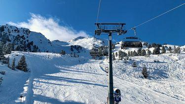 Op deze foto is een skilift te zien.
