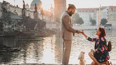 Lief: vrouw doet huwelijksaanzoek, hond is getuige