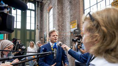 Een foto van Pieter Omtzigt die de pers te woord staat