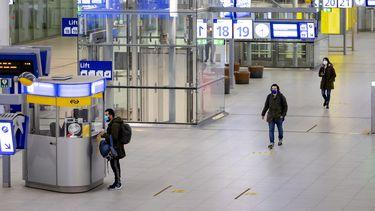 Een foto van hoe het ov er in 2020 uit zag: lege stations