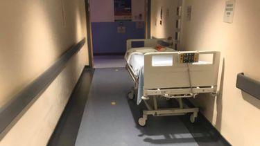 Op deze foto zie je een 'lege' hal van een van de ziekenhuizen volgens een corona-ontkenner
