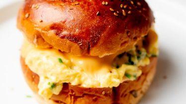 Wat eten we vandaag? Brioche met roerei en Srirachamayo van Eggslut