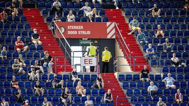 Een foto van fans van Feyenoord bij een training