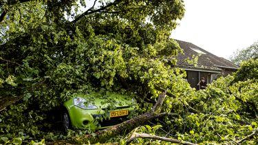 Veel stormschade in Leersum, 10 tot 20 woningen onbewoonbaar door valwind