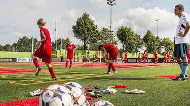 Op deze foto zie je Jonge talenten trainen bij Ajax.